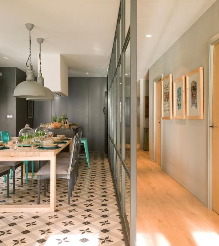 couloir vert doux et bois séparé par le salon avec une verrière industrielle peinte dans une teinte plus foncée