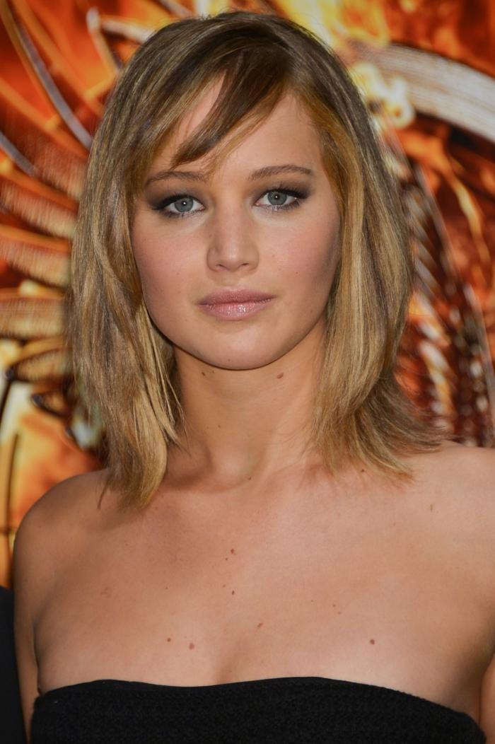 Jennifer Lawrence avec un carré plongeant avec frange, frange balayée, cheveux blond châtain