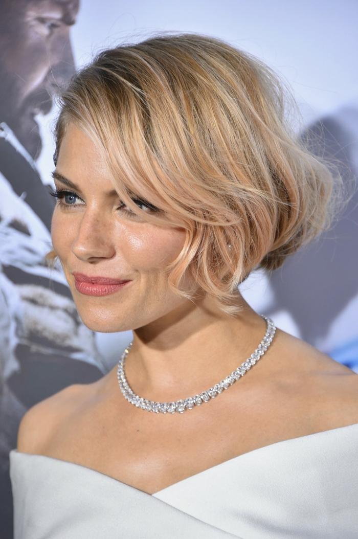 coupe de cheveux carré plongeant, cheveux blonds, collier chaîne, maquillage discret