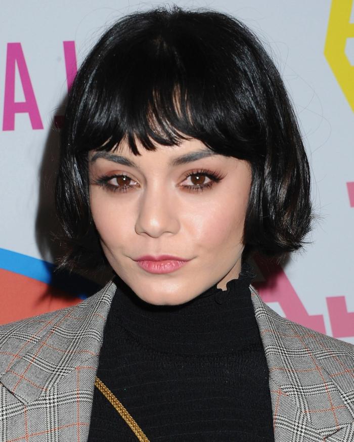 carré court avec frange hachée, veste en tweed, pull noir avec col montant, coupe cheveux carré
