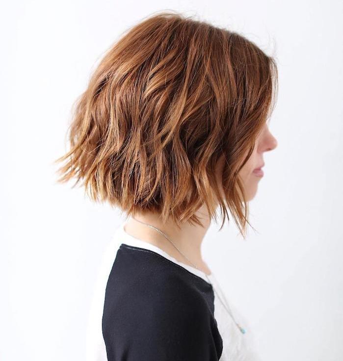 coiffure carré à effet wavy sur une chevelure blond foncé avec volume et ondulations subtiles, tee shirt noir et blanc