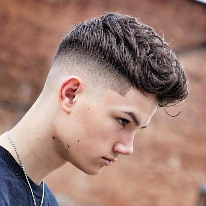 Coupes de cheveux chez les jeunes hommes avec les cГґtГ©s rasГ©s