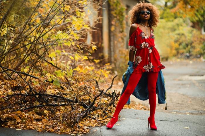Femme habillée en rouge, coupe au carré dégradé effilé, photo de coupe dégradée femme, cheveux crépus