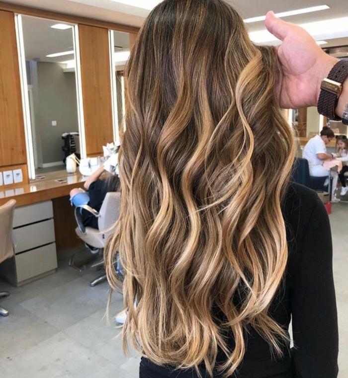 Jolie chevelure longe ondulée à l'effet balayage blond, coiffure femme mi long femme, coupe carré dégradé idées en images