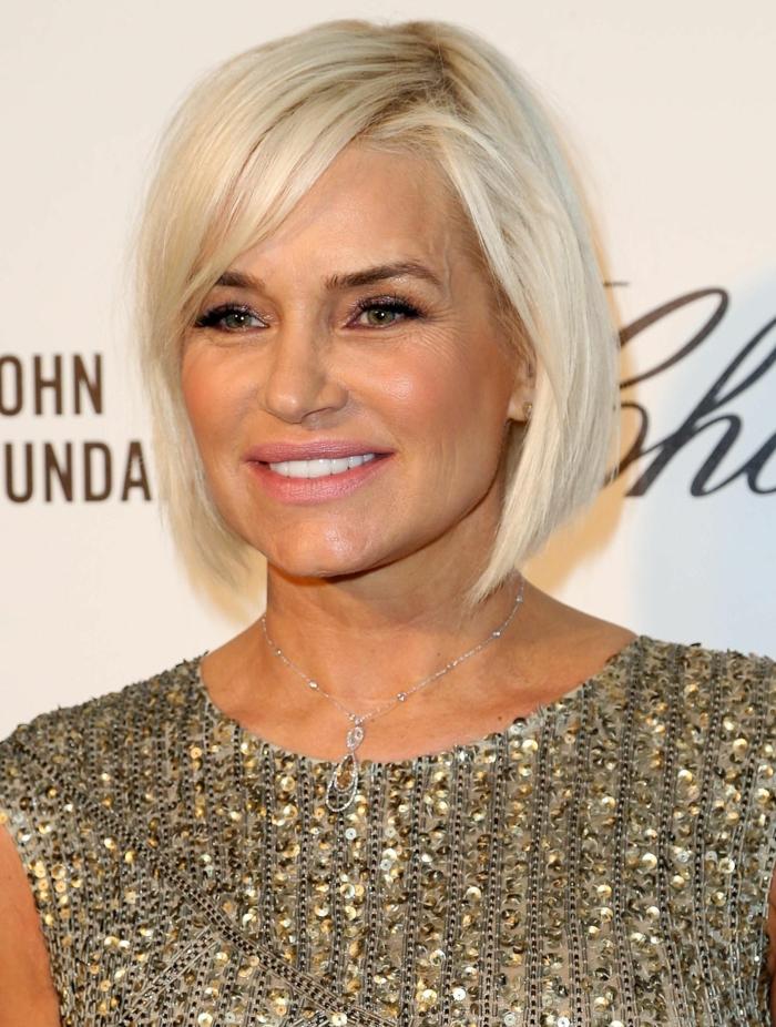 coupe de cheveux femme 50 ans, carré cheveux couleur blond platine, top gris aux séquins