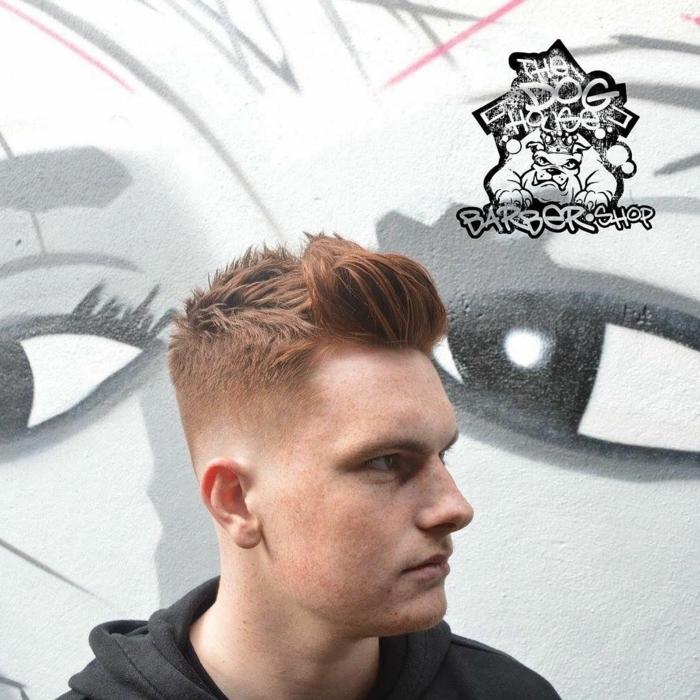 pull capuchon noir, cheveux roux, coiffure spikey, coupe cheveux garcon tendance