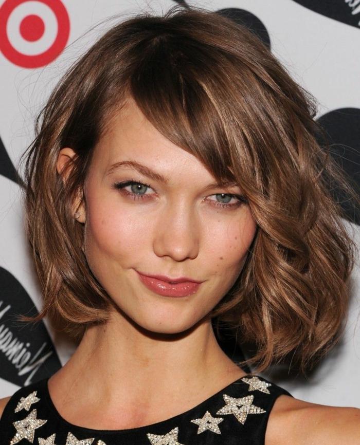 cheveux couleur bronde, yeux bleus, lèvres couleur naturelle, frange de biais, carré ondulé mi long