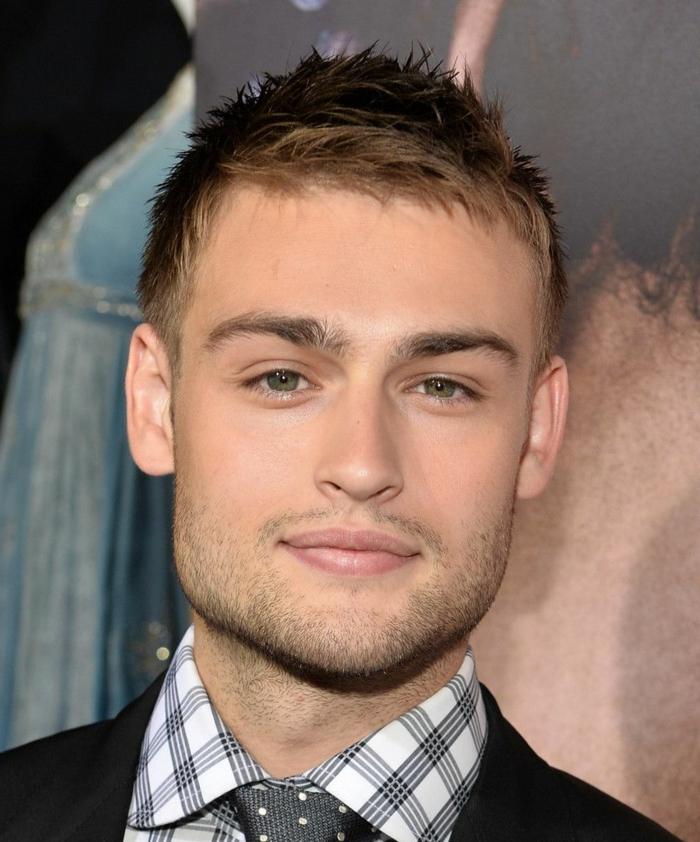coupe de cheveux homme, coiffure spikey, yeux bleus, cravate pointillée, chemise carrée, veste noire