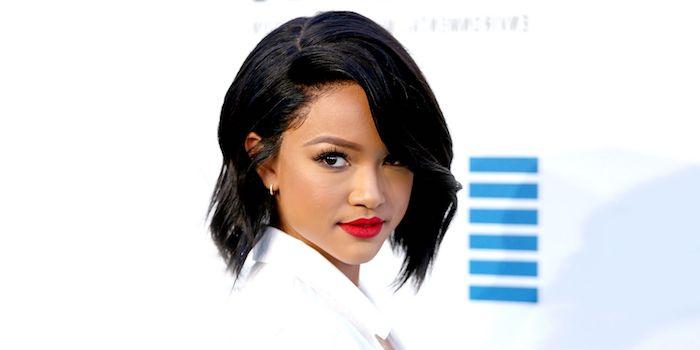 coiffure femme afro, cheveux ondulés noirs mi long, mèche sur le coté d un carré plongeant long, rouge à lèvres rouge