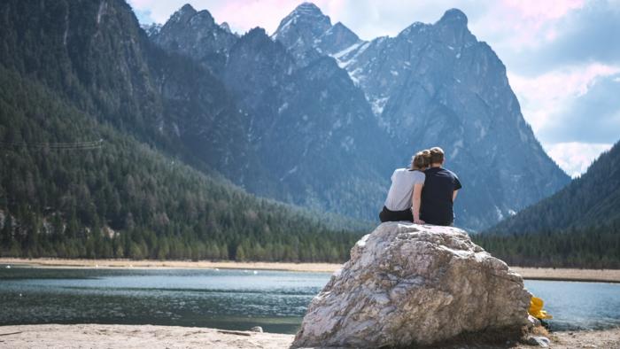 Assise sur un roche au bord d'un joli lac dans la montagne Canadienne, image st valentin, carte a envoyer a son amoureux bonne saint valentin