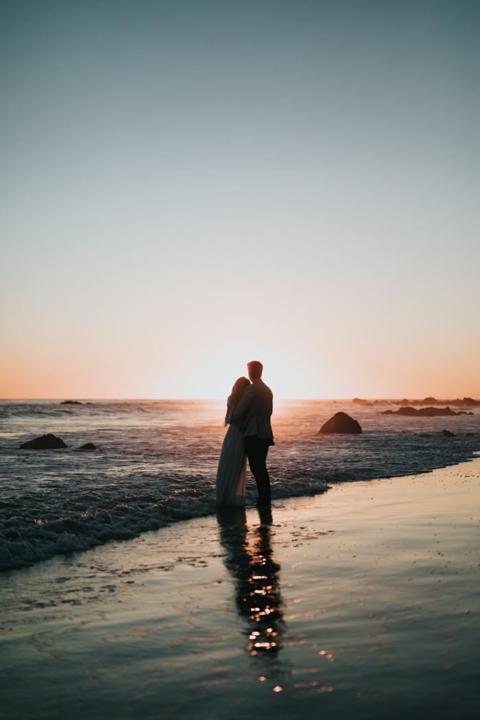 carte st valentin couple romantique, image couple amoureux au bord de la mer, choix de carte d amour, ondes et sable