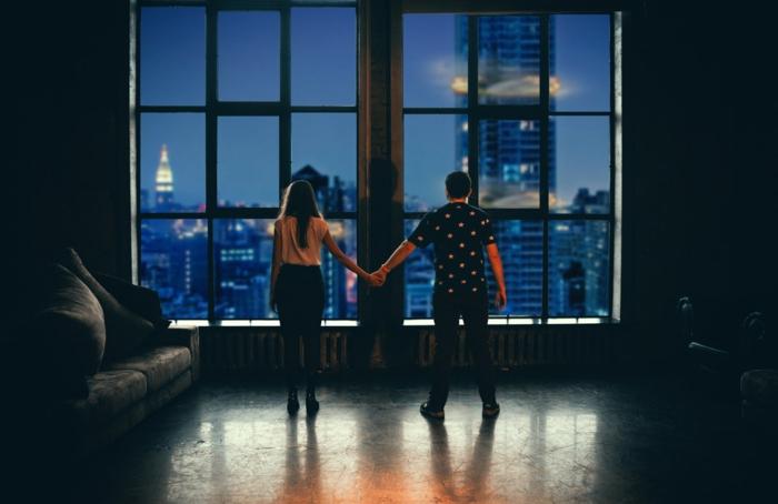 Couple qui se donne la main, se tenir la main, bonne saint valentin mon amour, image st valentin, belle photo pour son amour, fenêtre avec belle vue new-yorkais