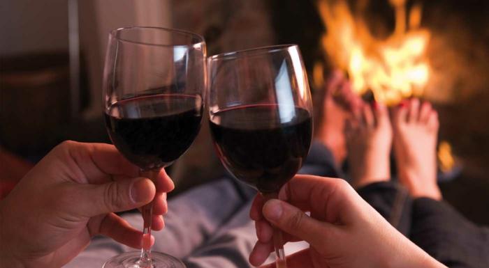 Tasses de vin rouge, passer de temps ensemble autour de la cheminée, belle image d'amour, image st valentin idée que offrir a son copain