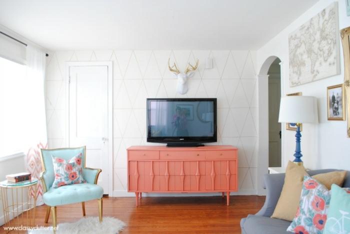 crédence couleur pêche, chaise bleue, fourrure agneau, sol en bois, peinture murale blanche