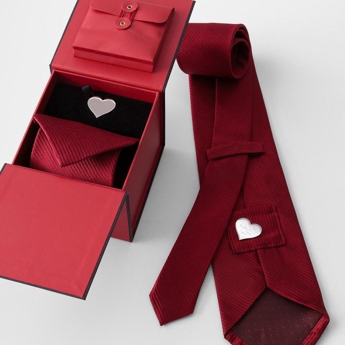 modèle de cravate luxueuse en rouge avec petit coeur à gravure, idée cadeau saint valentin homme, boîte cravate luxueuse en rouge