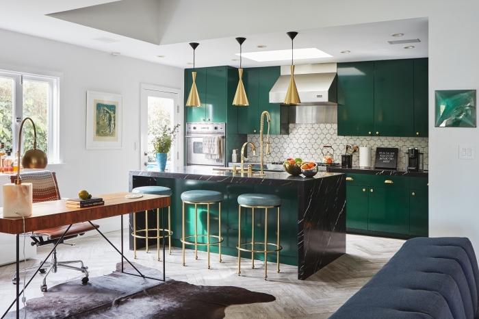 modèle de cuisine moderne avec crédence blanc et comptoir noir aménagée avec meubles de couleur vert épinard