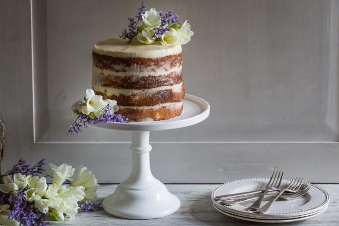comment préparer du glaçage mascarpone pour un gâteau, recette de naked cake aux fleur de sureau, mascarpone et citron, décoré de jolies fleurs