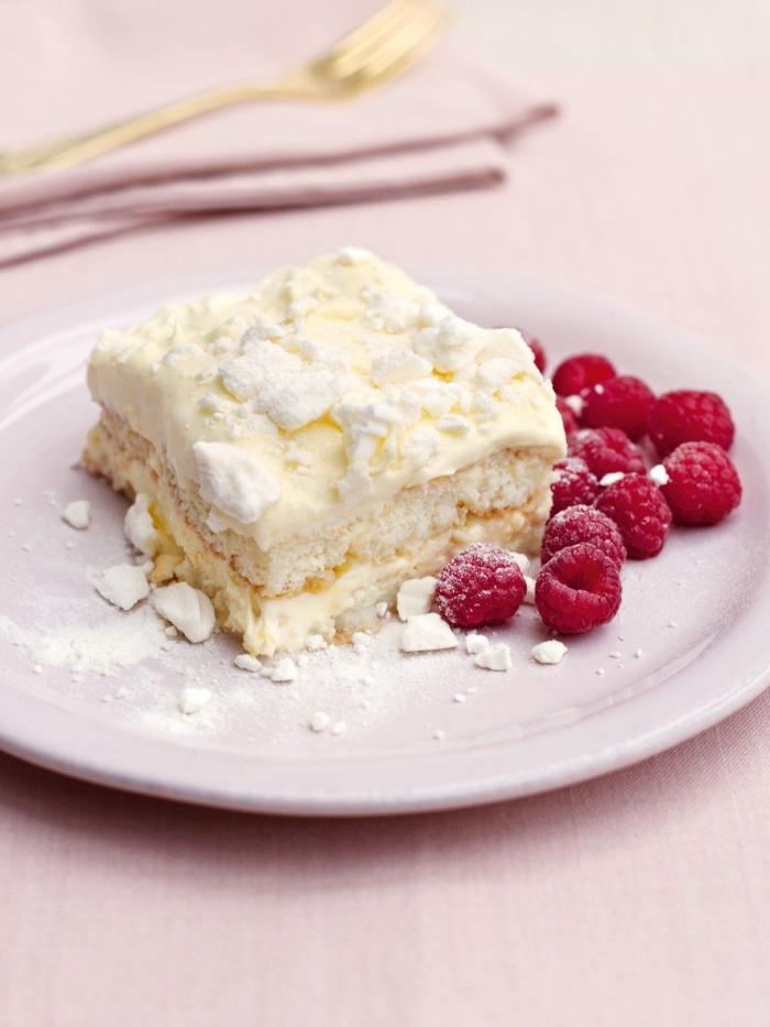 recette de creme mascarpone pour gateau, tranche de tiramisu blanc au mascarpone et framboises saupoudré de sucre glace