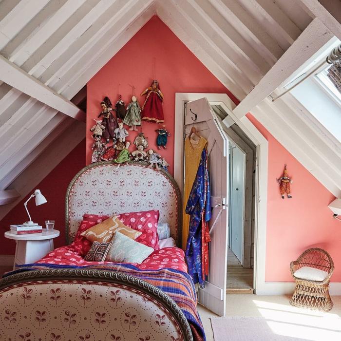 chambre attique, poutres apparentes blanches, table de chevet blanche, chaise tressée, poupées de chiffon accrochées au mur
