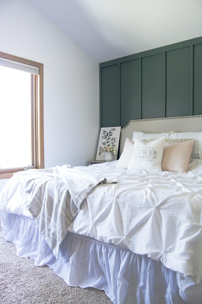 lit blanc, parure de lit vintage, chambre lumineuse, tapis gris, peinture murale en deux couleurs