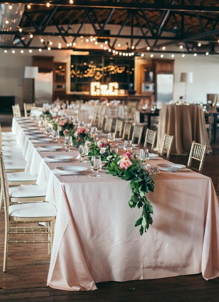 joli decoration table mariage champêtre, vieille grande rénovée, chemin de table guirlande florale, nappe rose pâle