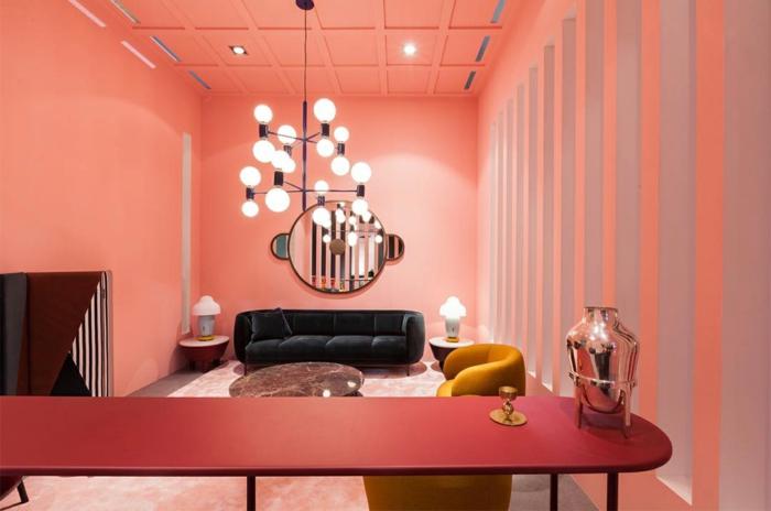 déco d'intérieur rose saumon, grande table rose, lampe molécule, fauteuil moutarde, miroir décoratif