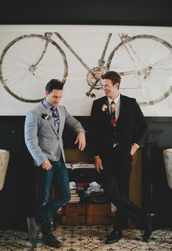 tenue invitée de mariage, bicyclette décorative, costume noire, cravate colorée, sol carreaux de ciment