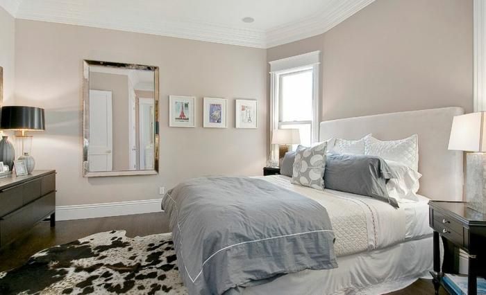 déco chambre en deux couleurs, tapis peau de vache, couverture de lit grise, miroir rectangulaire, tête de lit crème