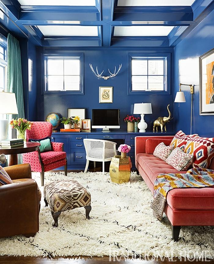 salle de séjour en bleu et rose, tapis blanc, tabouret baroque, chaise rose, sofa rose, tapis berbère