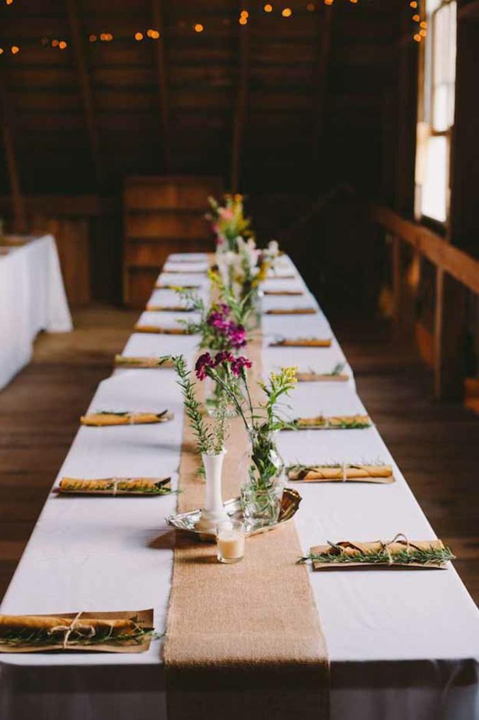 déco de mariage bucolique, chemin de table lin blanc, guirlandes de petites lampes suspendues