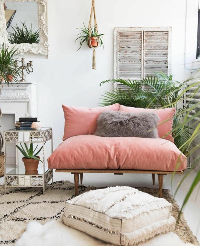 déco d'espace en blanc et rose, sofa en bois avec gros coussins, grandes plantes, tapis berbère, miroir encadré de gypse