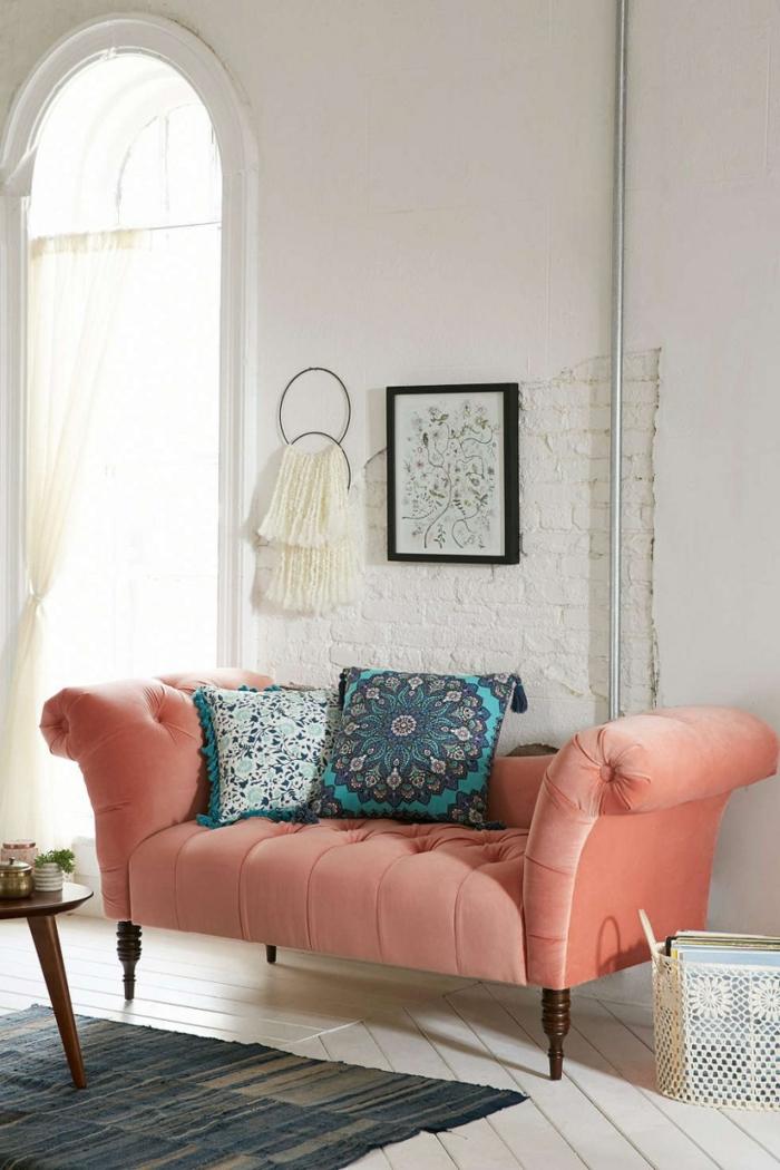 sofa couleur de l'année 2019, coussins bleus, tableau encadré, mur en briques apparentes, fenêtre arquée