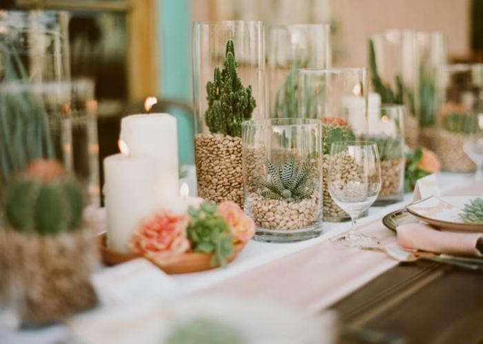 déco centre de table originale, bougies blanches, petits terrariums avec cactus et succulentes, chemin de table en toile