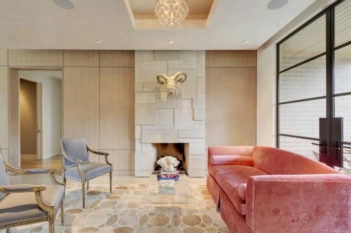 sofa corail, sol en mosaique, deux chaises grises, plafonnier en cristal, cheminée murale, porte japonaise