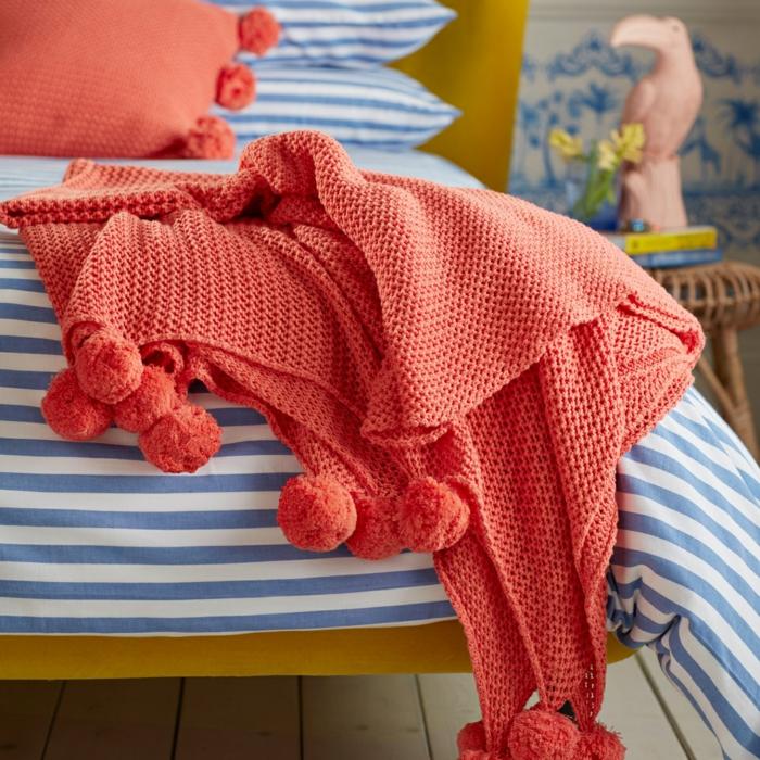 jeté de lit couleur tendance 2019, sofa jaune moutarde, couettes rayées, statuette oiseau rose clair