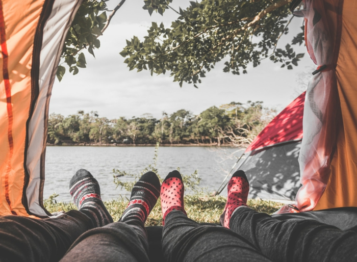 La tente de l'amour, mignons chaussettes, photo pieds et la vue que un couple partage au bord d'un lac