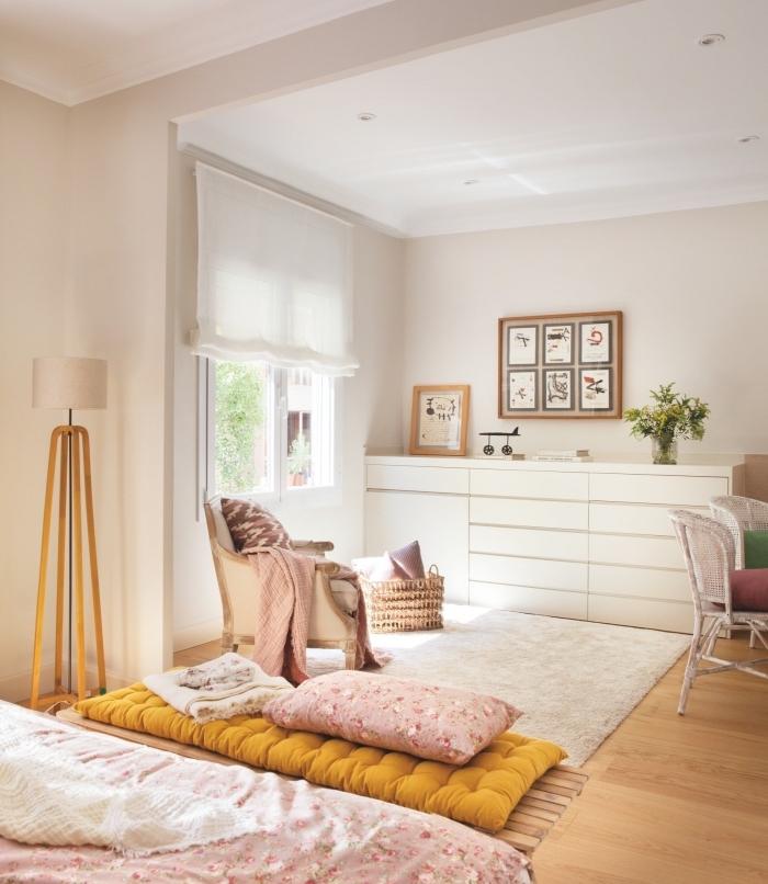 comment aménager une chambre enfant, déco pièce aux murs beige et plafond blanc avec meubles bois et accessoires rose pastel et objets de moutarde couleur