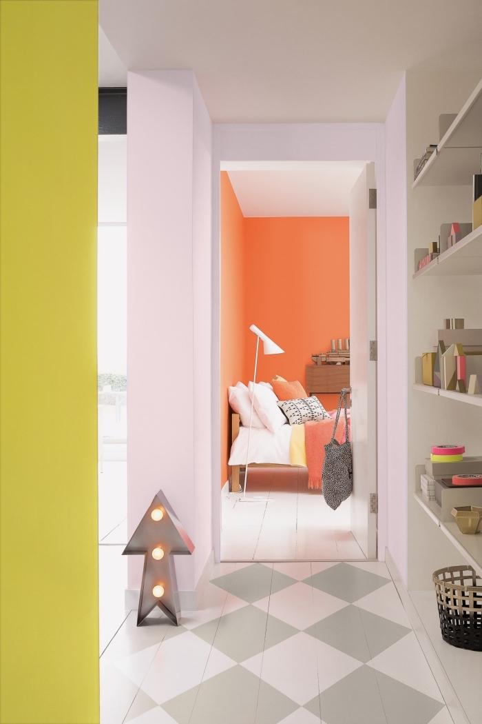 déco couloir étroit graphique dynamisé par des touches de jaune fluo et orange vitaminé