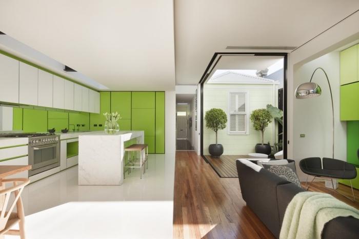 agencement cuisine vert anis et blanc, design intérieur moderne dans un salon blanc avec meuble gris anthracite et meuble rangement couleur vert anis