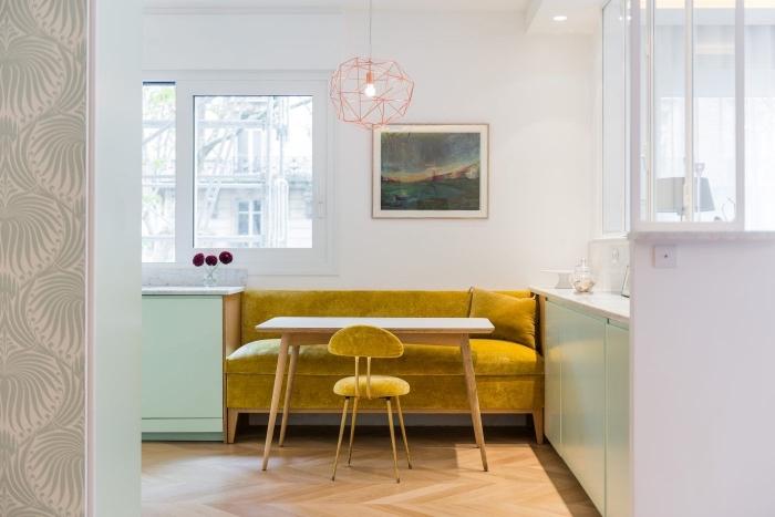 modèle de canapé jaune moutarde en velours, déco cuisine avec armoires vert menthe et table bois clair, modèle chaise velours et bois jaune