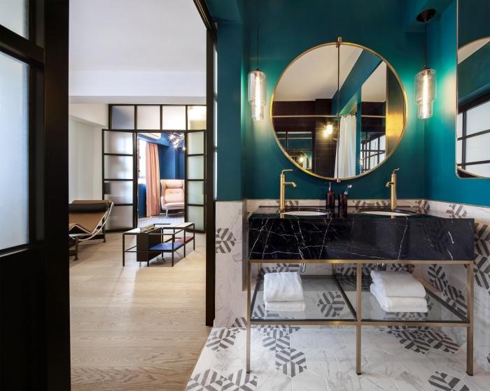 design salle de bain moderne aux murs de couleur vert émeraude avec revêtement partiel en carreaux marbre blanc
