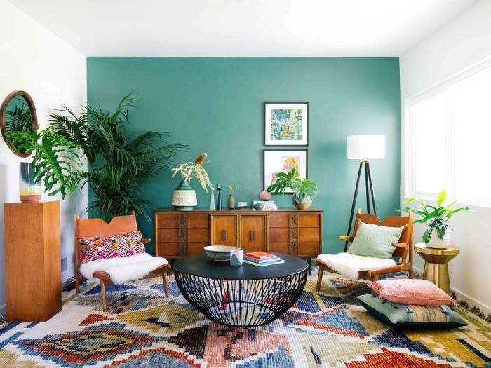 idée plantes vertes d'intérieur, modèle salon blanc avec mur de couleur vert celadon, tapis multicolore aux motifs géométriques