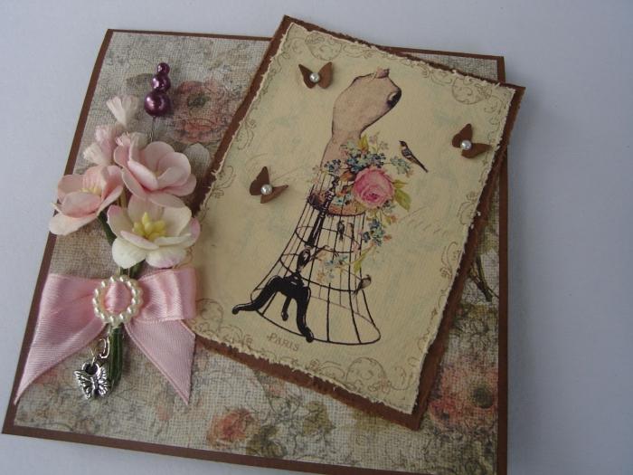 modèle de carte fait main style vintage, comment décorer une carte scrapbooking avec papier vintage et ruban rose
