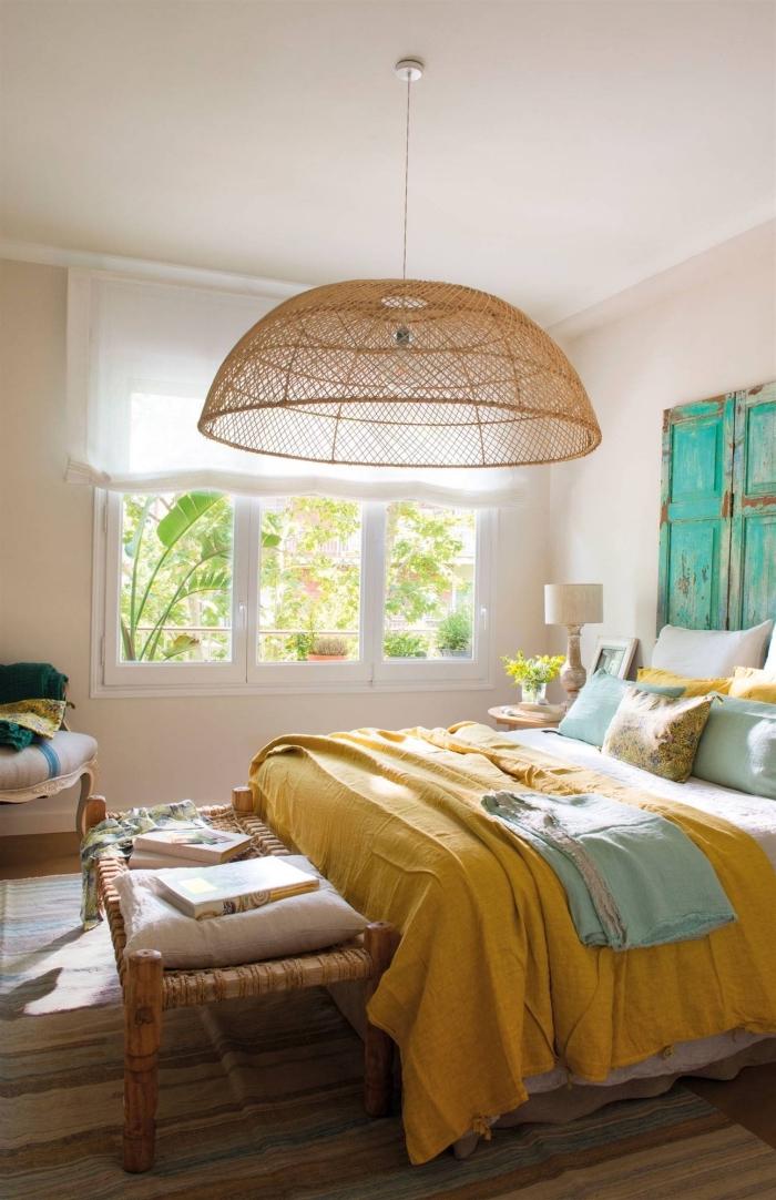 comment aménager une chambre à coucher féminine, peinture murale chambre rose pastel, idée objet déco jaune