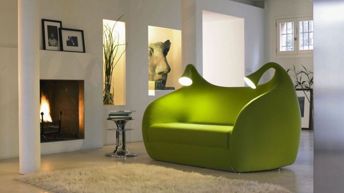 meuble de couleur vert anis, modèle de salon blanc de style contemporain avec cheminée et canapé vert futuriste