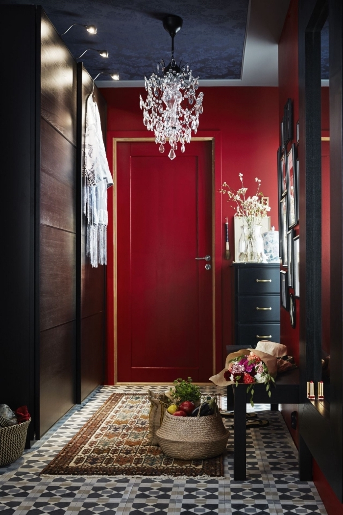 effet visuel dramatique dans ce couloir d'entrée peint en rouge et noir de style éclectique