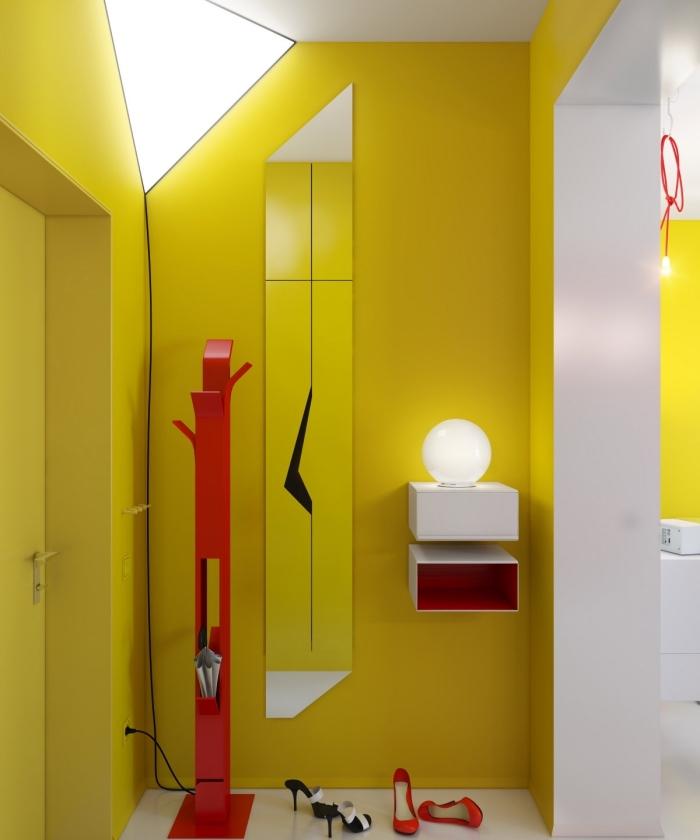 déco couloir étroit aux lignes graphiques peint en jaune fluo ponctué de petites touches de rouge