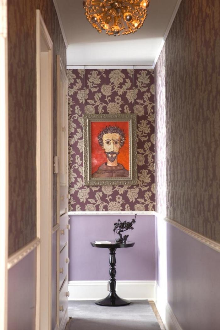 deco couloir étroit associant papier peint intissé vintage en or et mauve et peinture couleur mauve appliquée sur le bas du mur