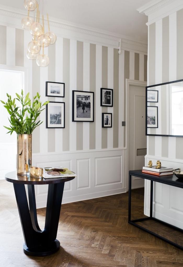 déco élégante d'un couloir aux murs avec des bandes de peinture taupe clair et blanc horizontales