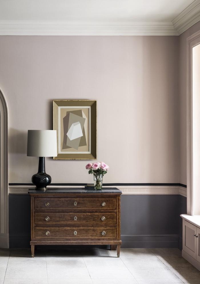 décoration couloir d'entrée élégante et féminine aux murs bicolore en rose et gris accentués par une bande de peinture noire